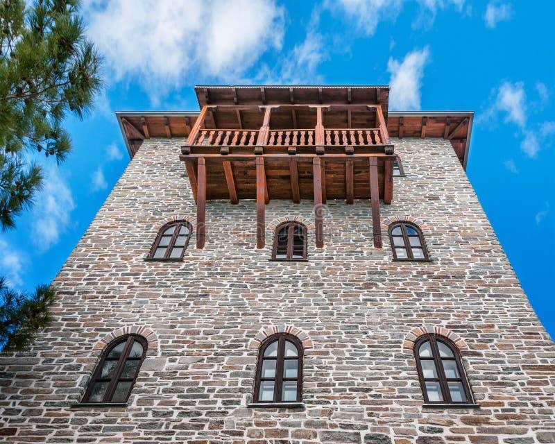 Torre del monasterio con el balcón de madera fotos de archivo