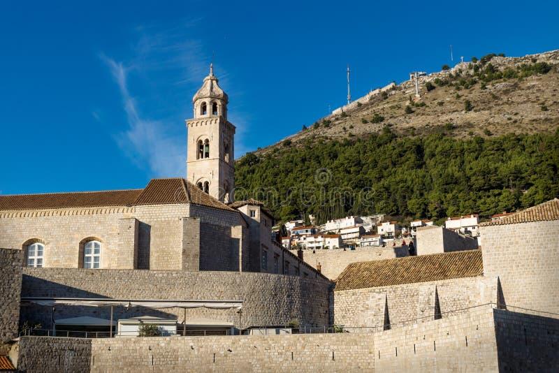 Torre del monastero domenicano in Ragusa con la montagna verde, Croazia fotografia stock libera da diritti