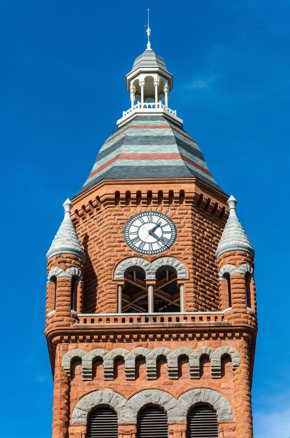 Torre del museo rojo viejo en Dallas, TX fotografía de archivo