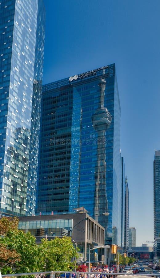 Torre del NC de Toronto reflejada en hola-subida vecina imagen de archivo libre de regalías