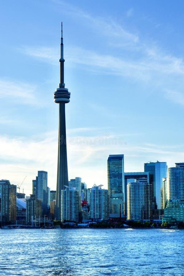 Torre del NC y centro de la ciudad de Toronto, Canadá visto del lago ontario foto de archivo