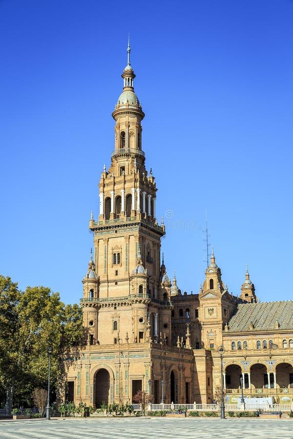 Torre del norte en el cuadrado de España, Sevilla, España fotos de archivo