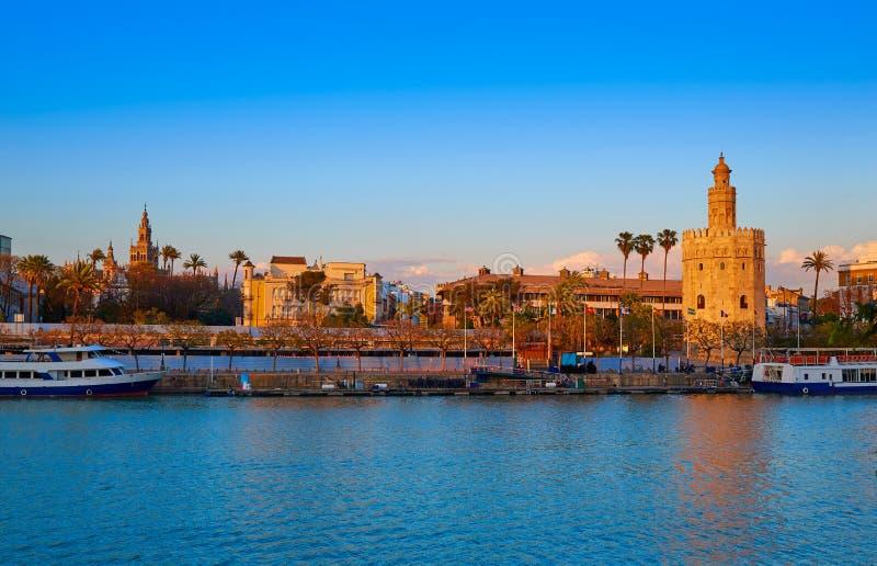 Torre del Oro e Giralda da skyline do por do sol de Sevilha imagens de stock royalty free