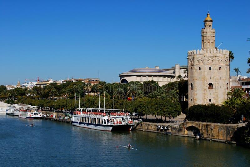 Torre del Oro a lo largo del riverbank, Sevilla, España fotografía de archivo