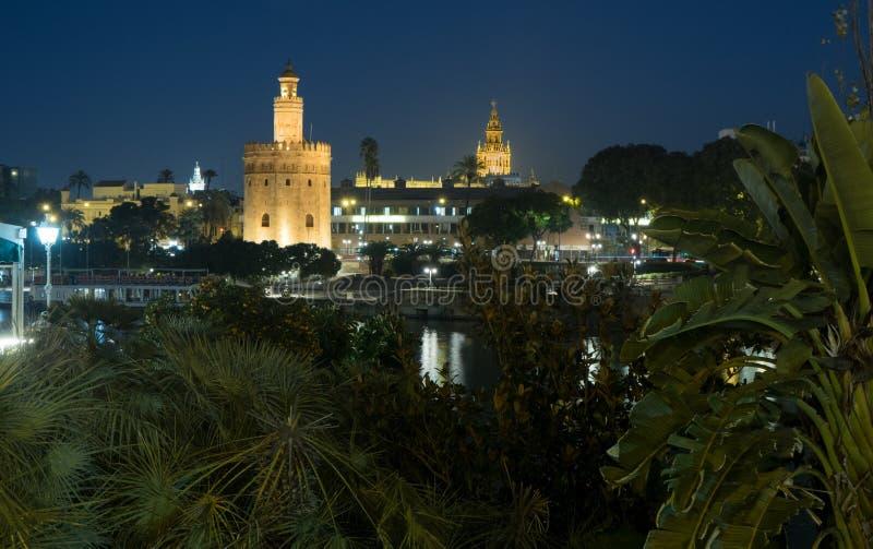 Torre del Oro och domkyrka av Seville - Torre del Oro y Catedral de Sevilla royaltyfria bilder
