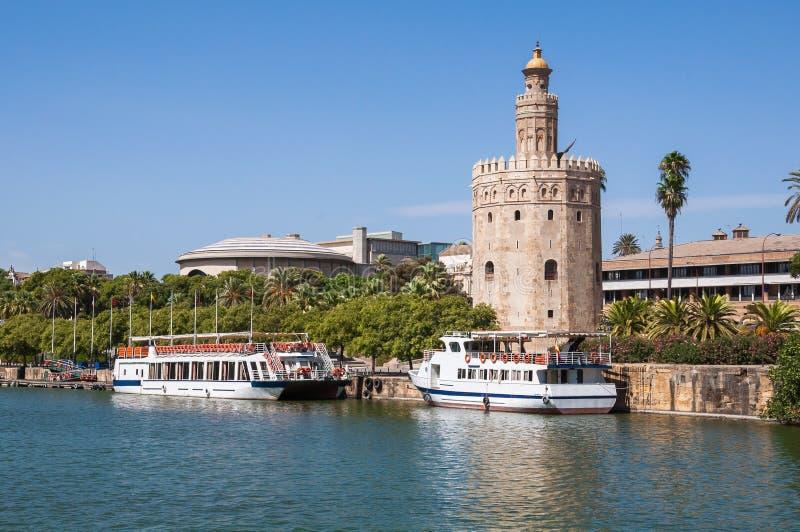 Torre del Oro vu de la rivière du Guadalquivir en Séville photos stock