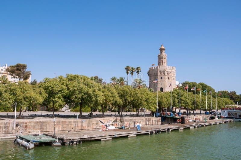 Torre del Oro vu de la rivière du Guadalquivir en Séville image libre de droits