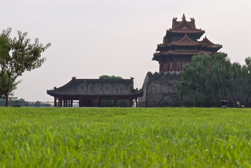 Torre del palacio imperial chino en niebla con humo imágenes de archivo libres de regalías