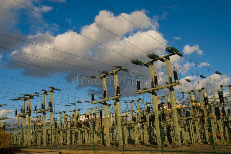 Torre del palo di elettricità di tensione di altezza immagini stock libere da diritti