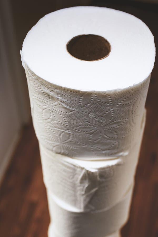 Torre del papel higi?nico en el pasillo imagenes de archivo