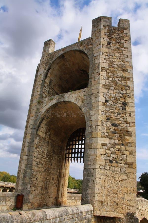 Torre del ponte nel villaggio medievale di Besalu fotografia stock