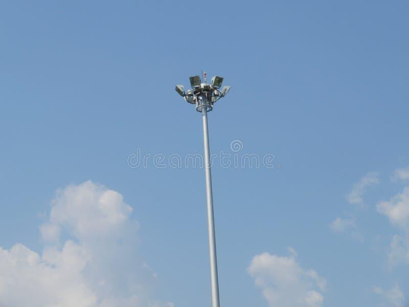 Torre del proyector en el cielo azul claro imagenes de archivo