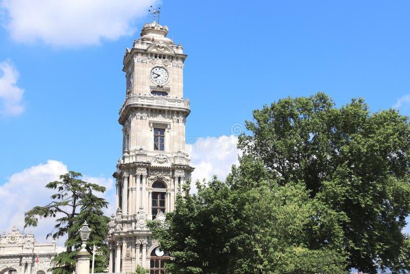 Torre del reloj en el palacio Dolmabahce, Estambul, Turquía fotografía de archivo libre de regalías