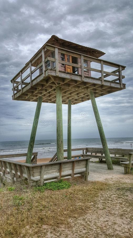 Torre del reloj en la playa imágenes de archivo libres de regalías