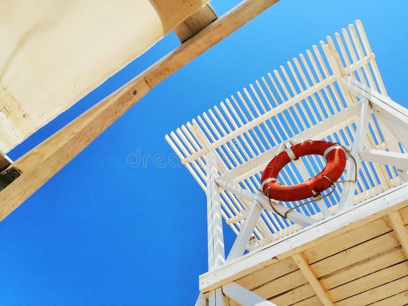 Torre del rescate en la costa imagen de archivo libre de regalías