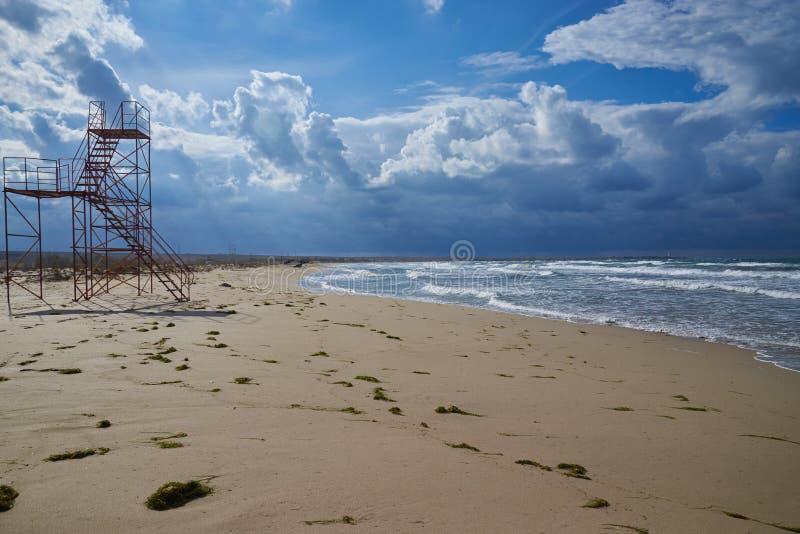 Torre del rescate en la playa del mar foto de archivo