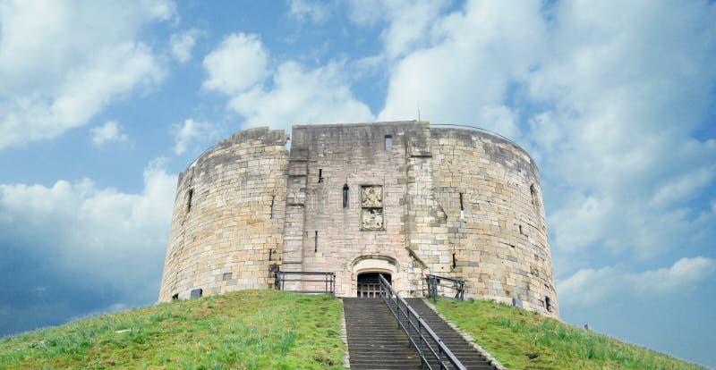 Torre del ` s de Clifford en York, Yorkshire, Reino Unido En un cielo azul hermoso imagenes de archivo