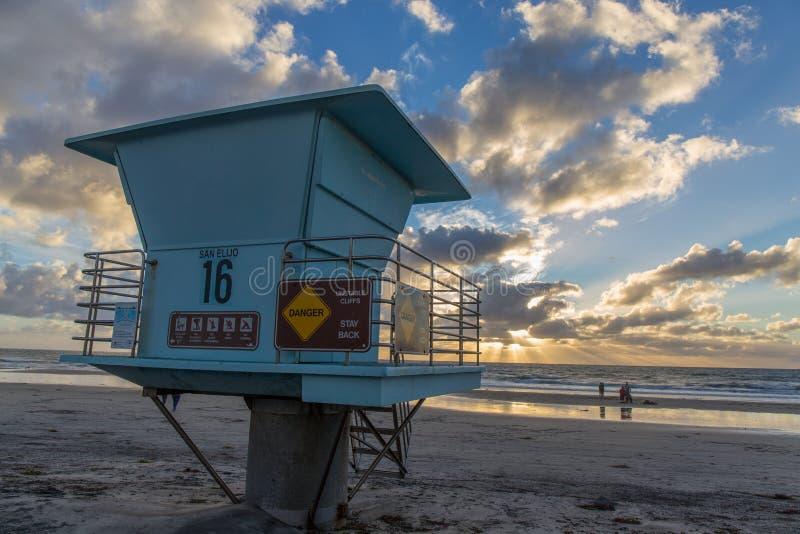 Torre del salvavidas en la puesta del sol fotos de archivo