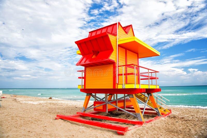 Torre del salvavidas para el baywatch del rescate en la playa en Miami, los E.E.U.U. fotografía de archivo