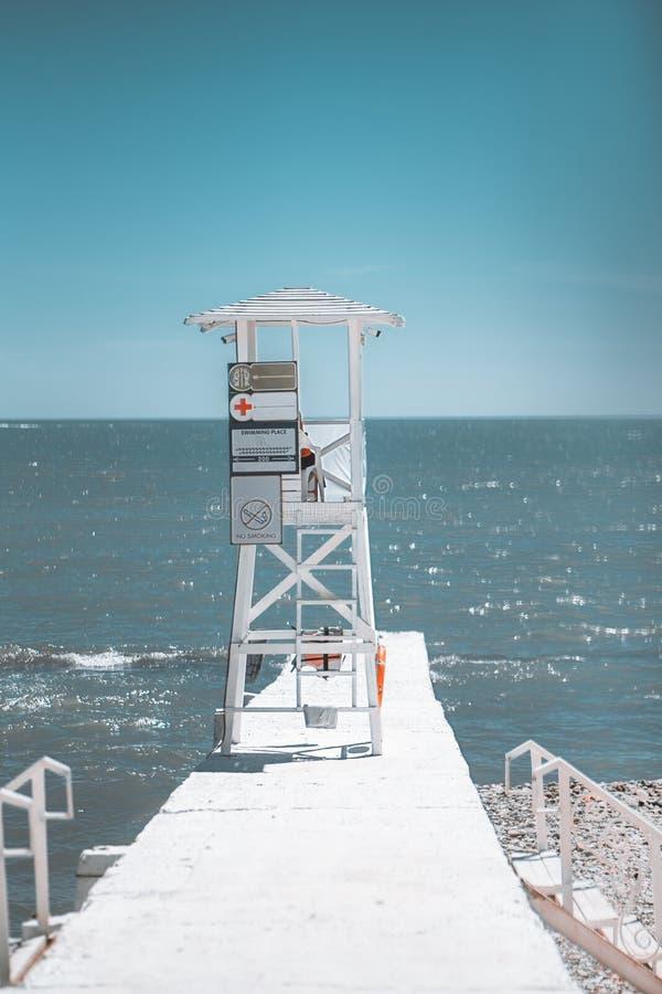 Torre del salvavidas del puesto de observación en el embarcadero imagenes de archivo