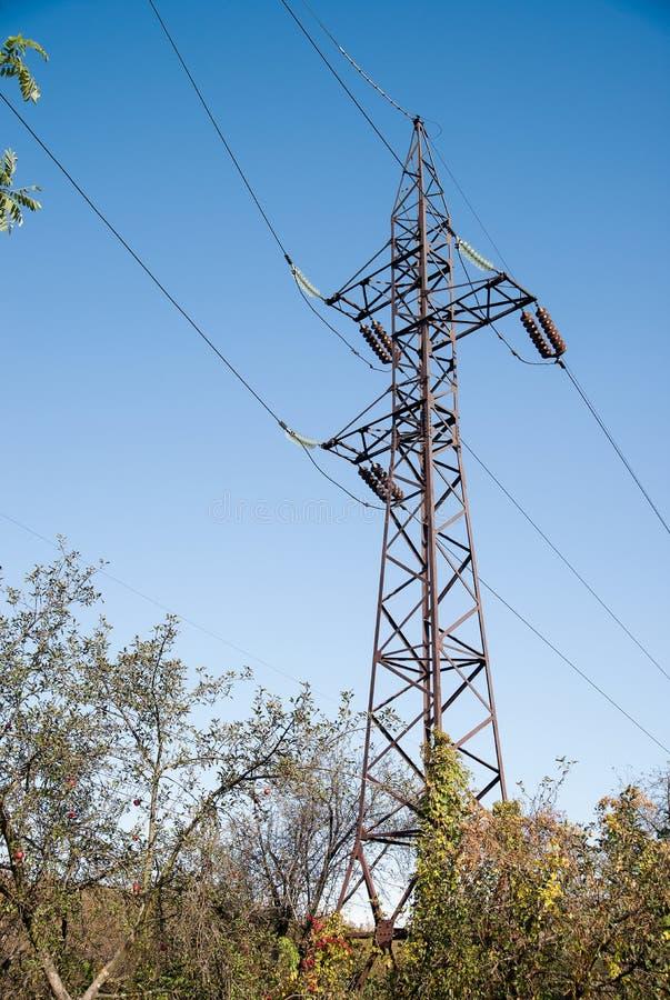 Torre del sistema de la poder-fuente contra el cielo foto de archivo libre de regalías