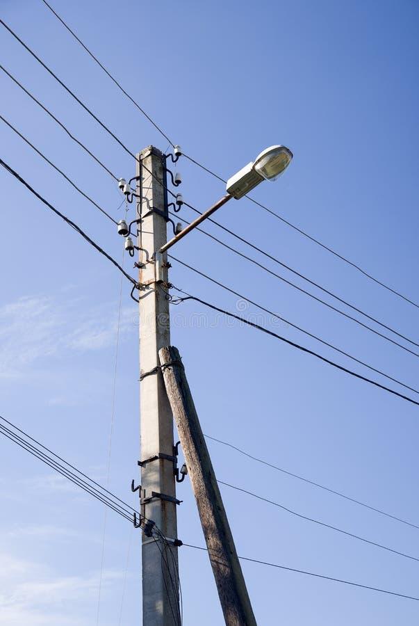 Torre del sistema de la poder-fuente contra el cielo fotografía de archivo