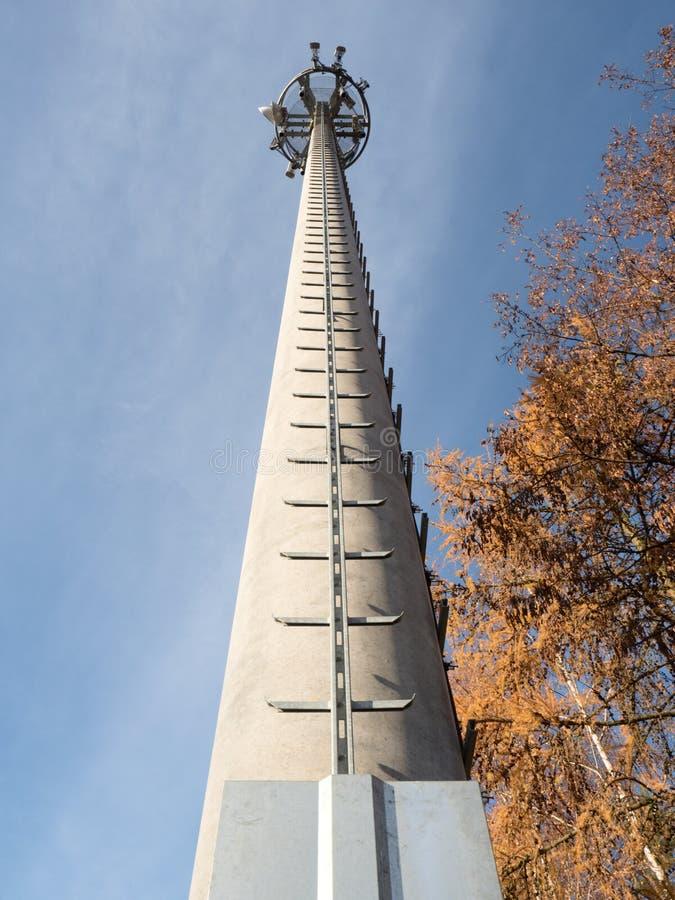Torre del teléfono móvil con la escalera del servicio imagen de archivo libre de regalías
