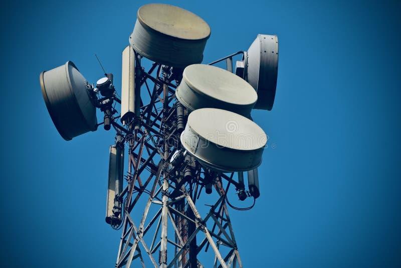 Torre del teléfono móvil con la fotografía de la acción del plato de la microonda fotografía de archivo libre de regalías