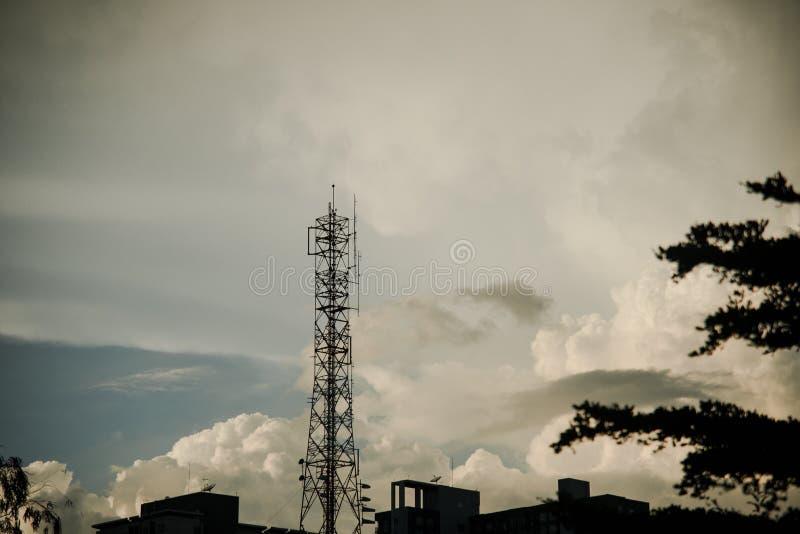 Torre del telefono cellulare nel fondo di tramonto fotografia stock