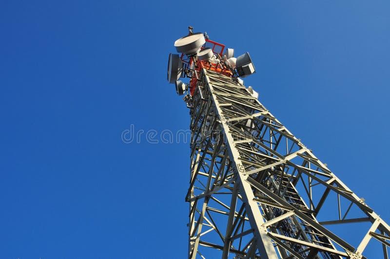 Torre del telefono, del monitoraggio e di antenna immagini stock libere da diritti