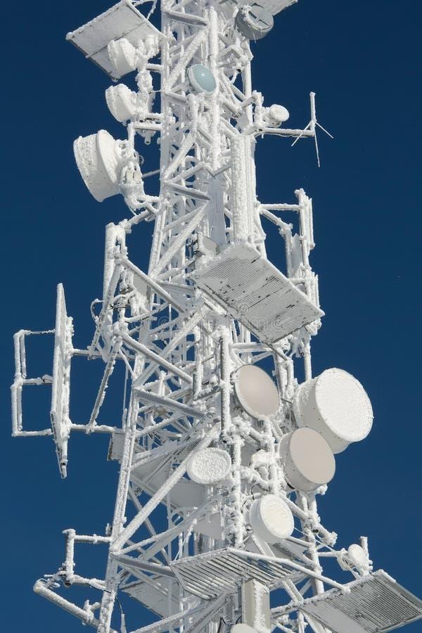 Torre del transmisor congelada en helada del invierno foto de archivo libre de regalías