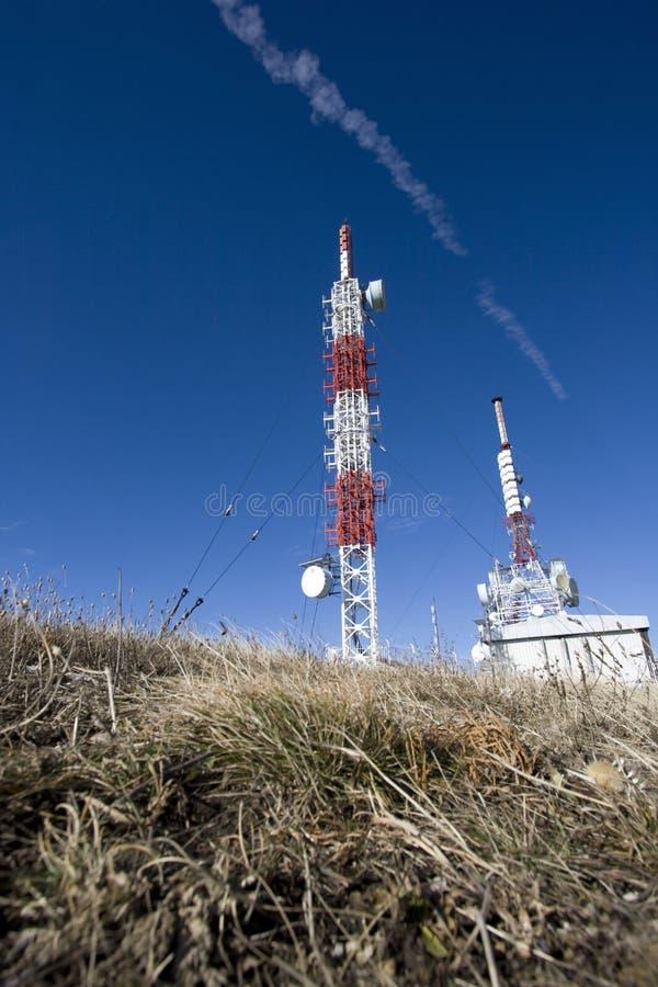 Torre del transmisor en una montaña imagen de archivo libre de regalías