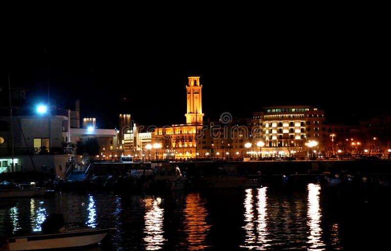 Torre dell'edificio servizi provinciale visto alla notte dal castello medievale Castello Svevo Bari, Puglia, Ital del sud immagine stock libera da diritti