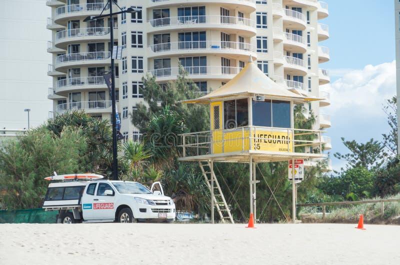Torre dell'orologio del bagnino e veicolo della pattuglia nel paradiso dei surfisti fotografie stock
