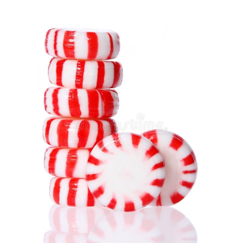 Torre della caramella di menta piperita su bianco. Caramella a strisce rossa di Natale della menta piperita fotografia stock