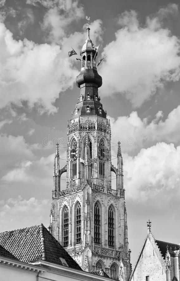 Torre della cattedrale maestosa nel centro urbano storico di Breda, Paesi Bassi fotografia stock