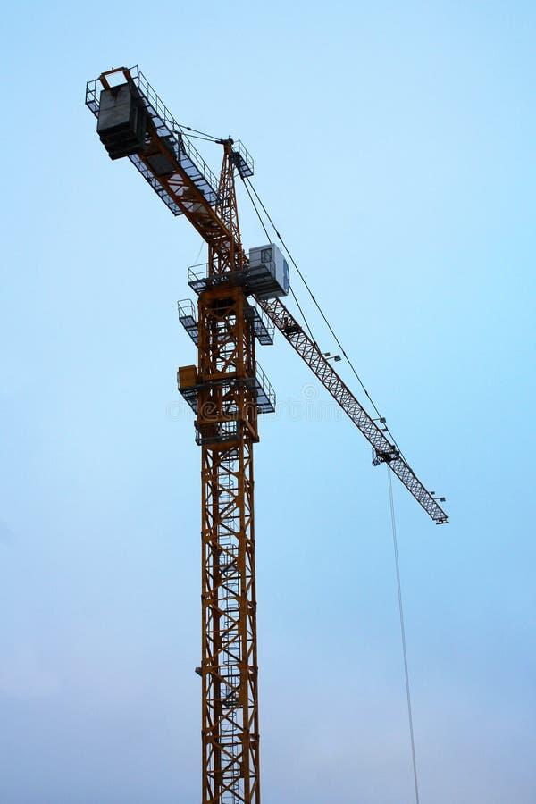 Torre della gru di costruzione contro un cielo blu immagine stock libera da diritti