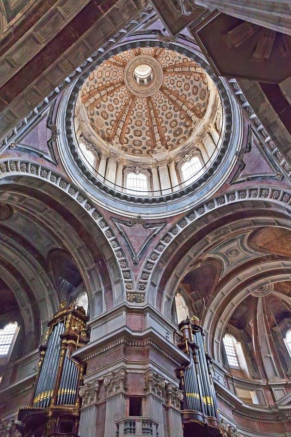 Torre della lanterna della basilica del palazzo di Mafra. Antivari immagini stock libere da diritti