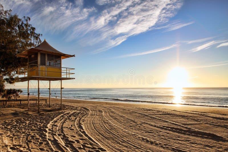 Torre della pattuglia del bagnino ad alba fotografie stock libere da diritti