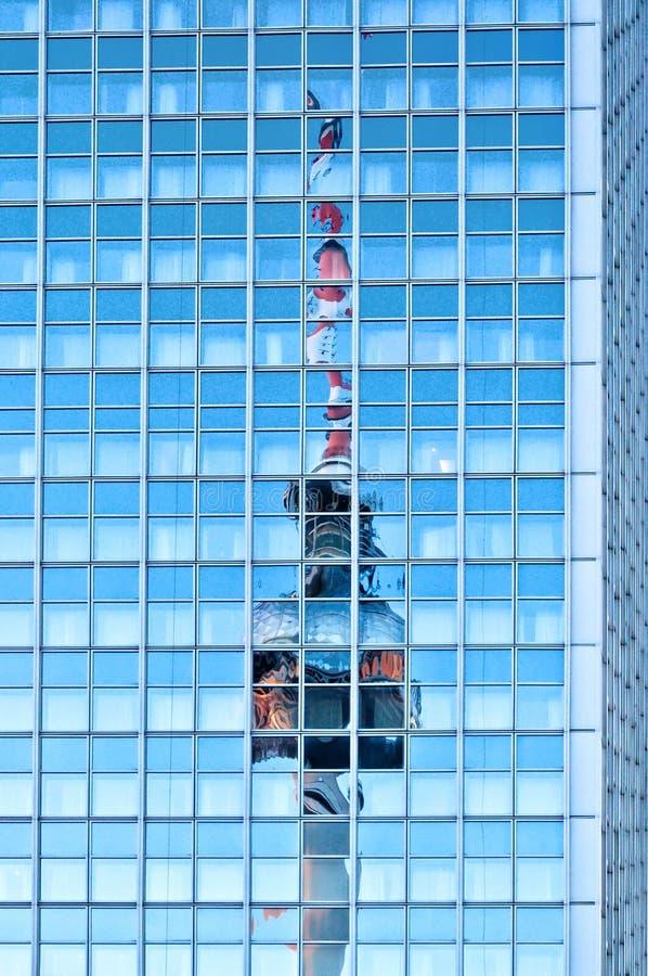 Torre della televisione riflessa sul grattacielo a Berlino fotografia stock libera da diritti