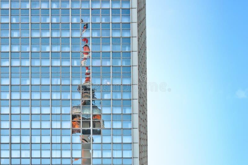 Torre della televisione riflessa sul grattacielo a Berlino immagini stock