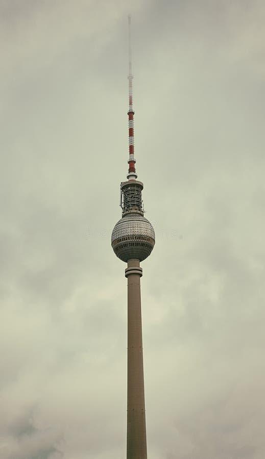 Torre della TV nell'architettura della città di Berlino fotografia stock libera da diritti