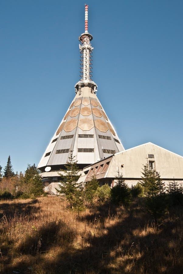 Torre della TV sulla collina di hora di Cerna in montagne di Krkonose fotografie stock