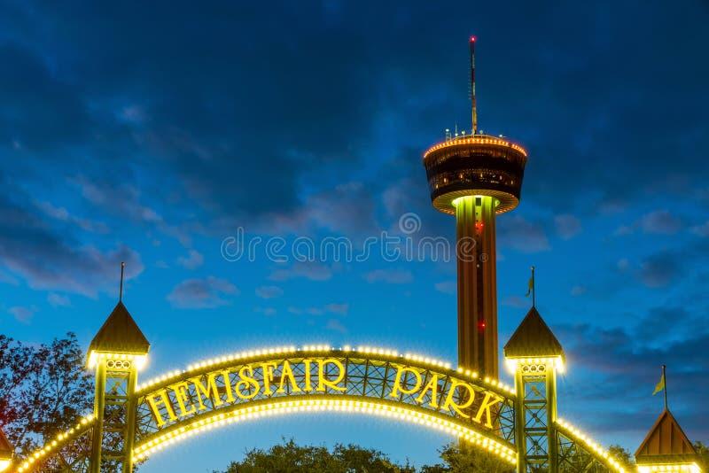 Torre delle Americhe alla notte a San Antonio, il Texas immagini stock libere da diritti