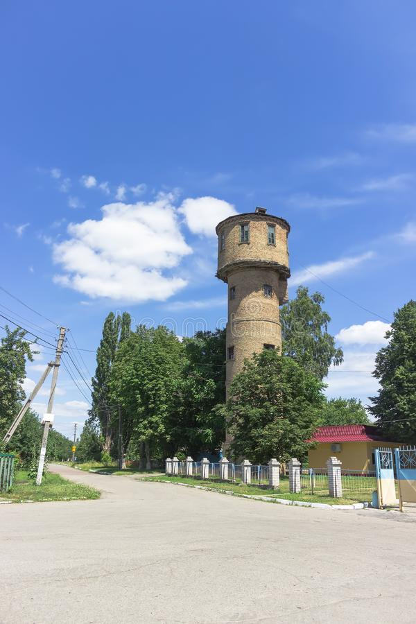 Torre di acqua antiquata fatta dei mattoni, bacino idrico dell'infrastruttura fotografie stock