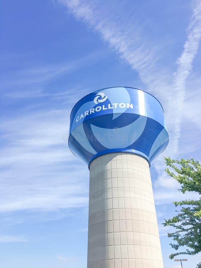 Torre di acqua in Carrollton, il Texas contro il cielo blu della nuvola fotografia stock libera da diritti