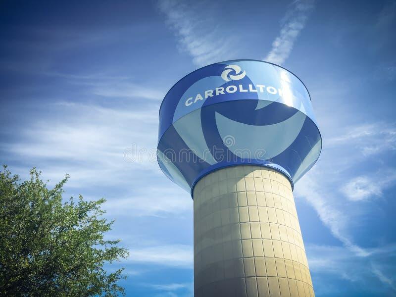 Torre di acqua in Carrollton, il Texas contro il cielo blu della nuvola fotografia stock