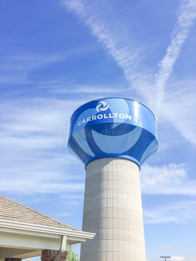 Torre di acqua in Carrollton, il Texas contro il cielo blu della nuvola immagine stock