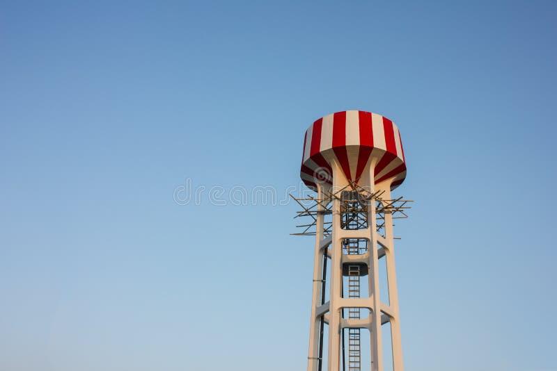 Torre di acqua con rosso e bianco immagini stock libere da diritti