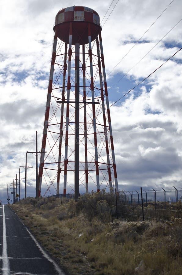 Torre di acqua sola lungo una strada fotografia stock